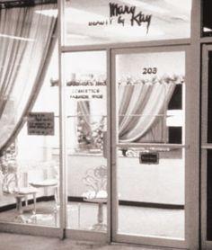Animada por el deseo de enriquecer la vida de las mujeres y ayudada por su gran habilidad para los negocios, Mary Kay Ash desarrolló la compañía de sus sueños y se convirtió en un ejemplo a seguir. Aquí puedes ver los acontecimientos clave que han hecho de Mary Kay un referente como marca de productos del cuidado de la piel y maquillaje.