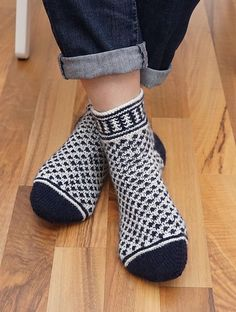 Hebemaschensocken pattern by mai-k-e  2019  knitted low socks in black and white. Ravelry: Hebemaschensocken pattern by Maike Lahse  The post Hebemaschensocken pattern by mai-k-e  2019 appeared first on Scarves Diy.