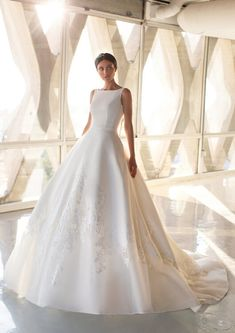 Explore our Wedding Dresses and feel Unique: One bride, One shape, One Unique dress. Discover our Cocktail Gowns from Pronovias. Green Wedding Dresses, Princess Wedding Dresses, Bridal Dresses, Wedding Gowns, Pronovias Wedding Dress, Hollywood Glamour, Bridal Boutique, Bridal Style, Marie