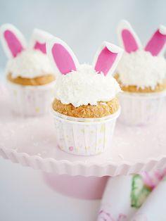 Bild på tre stycken vita cupcakes med hare-öron