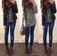Jeans ajustado con pliegues a la altura de la rodilla con un sweatter blanco y negro y chaqueta negra, botines cafe