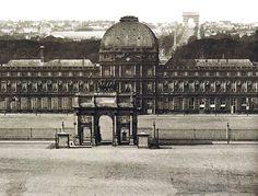Paris Palais des Tuileries - Magnifique cliché du Palais, vu de la Cour Napoléon. Axe Historique rythmé par le Caroussel, le Palais, la Concorde, l'Arc de Triomphe. Le Palais a disparu, mais une statut équestre de Louis XIV dans la cour du Louvre et l'Arche de la Défense parachèvent la perspective d'un bout à l'autre.