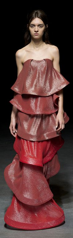 See all the Yiqing Yin Spring/Summer 2014 photos on Vogue. Fashion Week, World Of Fashion, Paris Fashion, Crazy Fashion, Yiqing Yin, Frou Frou, Special Dresses, Fashion Plates, Couture Collection