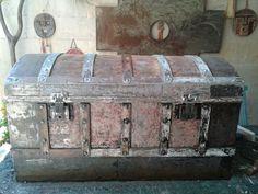 Antiguo baul decapado, en proceso de restauración