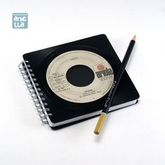 Libreta hecha a mano reciclando un viejo single de vinilo en mal estado de «Peret».