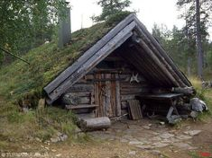 Tupa sod roof cabin We'll make this for our AirBnB guests on the ranch. Ideas De Cabina, Viking House, Hunting Cabin, Underground Homes, Log Cabin Homes, Log Cabins, Earth Homes, Survival Shelter, Cabins And Cottages