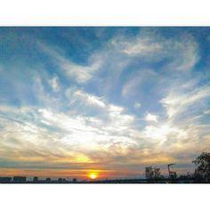 Каждый вечер я могу наблюдать такую красоту. И все же, несмотря ни на что, считаю омское небо самым красивым!  И каждый вечер убеждаюсь в этом все больше.  Мое, солнечное, любимое. #Omsk #sky #evening #asuszenfone #ZenФото #day #beauty http://unirazzi.com/ipost/1501975166471818129/?code=BTYFnTDAsuR