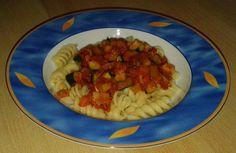 Fusilli mit Gemüsesugo Fusilli, Zucchini, Vegetarian Main Dishes, Red Peppers, Easy Meals, Summer Squash, Cucumber, Zucchini Plants