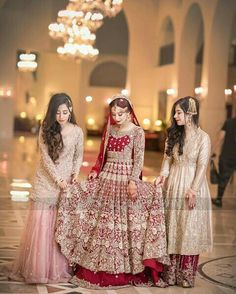 Beautiful bride with her sisters Bridal Mehndi Dresses, Pakistani Wedding Outfits, Indian Bridal Outfits, Bridal Dress Design, Bridal Lehenga Choli, Pakistani Bridal Dresses, Pakistani Wedding Dresses, Bridal Style, Shadi Dresses