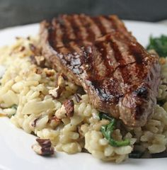 Steak on Blue Cheese, Spinach and Pecan Risotto recipe - All 4 Women Best Beef Recipes, Steak Recipes, Italian Recipes, Smoker Recipes, Risotto Recipes, Brown Rice Dishes, Healthy Eating Recipes, Cooking Recipes, Risotto