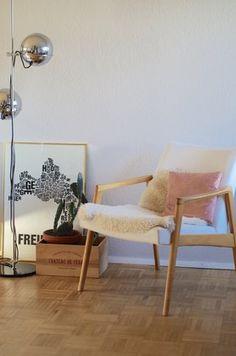 LIEBLINGSSESSEL #livingroom #wohnzimmer #sixties #60s #60er #lammfell #lambskin #midcentury Foto: nines