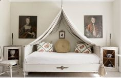 DECORATING BEDROOMS ; CHARMING UPDATE