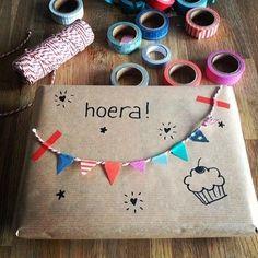 Masking tip idee: Pimp je verjaardagskado met masking tape - Buy Present Wrapping, Creative Gift Wrapping, Creative Gifts, Wrapping Gifts, Gift Wrapping Ideas For Birthdays, Cute Gifts, Diy Gifts, Handmade Gifts, Pretty Packaging