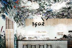 Ieva Ozola je autorkou ručně malované akvarelové tapety, která zdobí celou Spižírnu 1902 včetně stropů. Zdroj: Spižírna 1902 Arch, Design, Longbow, Arches, Wedding Arches, Design Comics, Bow, Belt