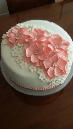 Torta fondant flores con mousse de lucia y manjar bizcocho de vainilla.