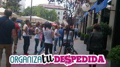 Grupo de amigas celebran una despedida de solera en Madrid buscando pistas en una divertida gymkana urbana