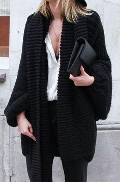 Outfits para las que no pueden vivir sin escotes este invierno