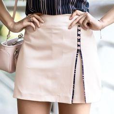 No hay descripción de la foto disponible. Cute Skirts, Short Skirts, Mini Skirts, Casual Dress Outfits, Skirt Outfits, Office Fashion, Blouse Styles, Fashion Dresses, Rock