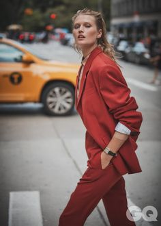 Toni Garrn suits up for GQ Mexico's September 2019 cover. Lensed by Guy Aroch, she wears a suiting look and messy updo in the image. For accompanying photos, Toni models menswear styles on location in Guy Aroch, Gq Mens Style, Gq Style, Toni Garrn, Moda Streetwear, Streetwear Fashion, Photography Women, Fashion Photography, Gq Magazine Covers
