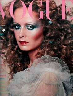 Flashback: Vogue Magazine December 1974 Twiggy Cover Twiggy surrounded by stars. Makeup Vintage, 1970s Makeup, Vintage Beauty, 70s Disco Makeup, 1970s Disco, Vogue Vintage, Vintage Vogue Covers, Farrah Fawcett, Fashion Cover