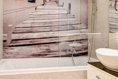Fototapeta z pomostem nad jeziorem umieszczona w łazience nad wanną nadaje odpowiedniego klimatu, zwłaszcza podczas długich kąpieli.