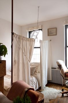 New apartment small bedroom decor layout studio apt 22 Ideas Deco Studio, Studio Apt, Small Studio, Studio Living, Apartment Curtains, One Room Apartment, Apartment Therapy, Apartment Layout, Apartment Checklist
