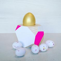 """Wood&cut su Instagram: """"Our Easter display // Vetrina pasqualina! Grazie a @dolce_emporio di Borgo San Frediano per le uova #wood #homeware #pine #easter #gift #jewellery #woodncut #fattoamano #abete #regalo #alittlemarket #etsy #fucsia #fuchsia #madeinitaly #design #uovo #egg #ironic #graphics #ricorrenze #pasqua #dolci #buonapasqua #happyeaster #legno #portauovo #eggholder"""""""
