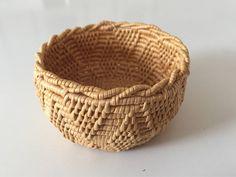 Välgjord och fin skål i björkrot. Amazing Crafts, Fun Crafts, Birch Bark, Decorative Bowls, Baskets, Auction, Fun Diy Crafts, Hampers