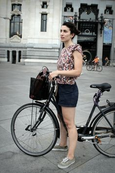 Her name is Arantxa, an architect that delights us with her multi coloured print top, shorts, a comfortable shoes to go with and her vintage brown leather satchel. The bike is made from Copenhagen.