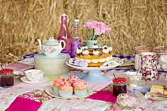 Country English tea party picnic, from Wedding Ideas Mag, styled by Sue Flay & Debbie Wallwork Picnic Set, Picnic Time, Picnic Ideas, Party Set, Picnic Birthday, Afternoon Tea Parties, Cuppa Tea, Tea Service, Tea Cakes