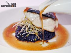 Corvina con patata violeta y caldo de chalota tostada Luxury Food, Party Finger Foods, Creative Food, Food Plating, Fine Dining, Food For Thought, Tapas, Catering, Seafood