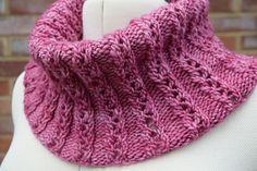 Endnu en skøn halsedisse. Dem kan man ikke få for mange af i vores vinterkulde. Denne har et sødt hulmønster med kun 4 mønsterpinde, og det er nemt at strikke. Vælg enten p 5 eller 6. Læs mere ...