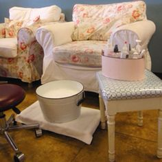 Do not like this decor but love this!!! Would be great idea for the salon