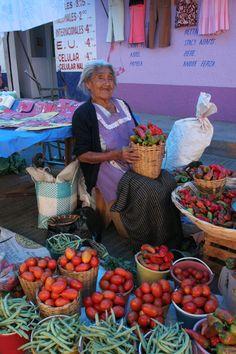 Mujer Oaxaqueña ejemplo de trabajo y valentía. Orgullo mexicano http://www.travelandtransitions.com/our-travel-blog/mexico-2010
