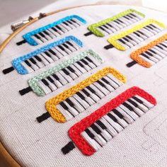 鍵盤ハーモニカの刺繍ブローチをたくさん作っています。 #embroidery #handmade #handembroidery #needlework #ハンドメイド#手刺繍 #刺繍 #ブローチ#brooch #ピアニカ#メロディカ#鍵盤ハーモニカ#keyharmonica #pianica #merodica