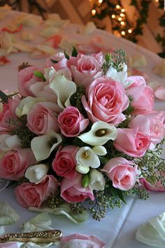 wedding centerpiece photos - with pink roses and white calla lilies.