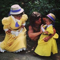 niña al lado de jane y tarzan en el parque de Disney