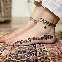 Minimalistic Feet Mehendi Designs To Pin For Your Wedding Henna Tattoo Designs Simple, Mehndi Designs Feet, Latest Bridal Mehndi Designs, Legs Mehndi Design, Stylish Mehndi Designs, Mehndi Designs For Beginners, Mehndi Designs For Girls, Mehndi Designs For Fingers, Dulhan Mehndi Designs