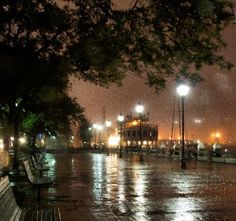 River Street Savannah: Foggy Night at the river on River Street