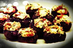 ΜΑΝΙΤΑΡΙΑ ΓΕΜΙΣΤΑ Stuffed Mushrooms, Muffin, Food And Drink, Vegetarian, Breakfast, Desserts, Kochen, Stuff Mushrooms, Morning Coffee