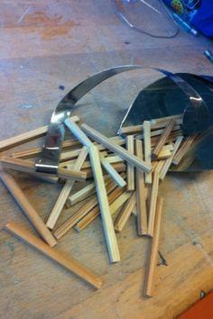 Vandaag ben ik begonnen met het maken van de meetlinten. Het was even passen en meten hoe ze precies om de puntzak heen moesten worden gewikkeld. Maar uiteindelijk is het gelukt. Ook heb ik streepjes gezet op de linten. De volgende les ga ik meer linten maken en verder met de streepjes op de meetlinten. Ook moet ik nog meer frietjes maken en ze schuren. Deze les ging goed.