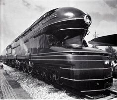 The streamlined Art Deco styled shell of the locomotive was designed by Raymond Loewy. In Pennsylvania Railroad officials decided to build a new passenger locomotive to replace its aging locomotive. Ouvrages D'art, Raymond Loewy, Art Deco Stil, Colani, Streamline Moderne, Streamline Art, Train Art, Rail Train, Pennsylvania Railroad