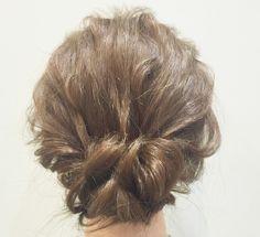 ①最初にコテやヘアアイロン、カーラーなどで髪をふんわりとさせておく!<br/>②ヘアゴムを少し緩める!<br/>③髪が長い人、多い人はくるりんぱ!<br/>④ヘアピンは縦にさす!<br/>⑤所々少しずつ摘んで浮かせてボリュームアップ!