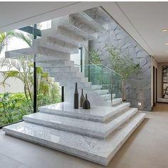 Construindo Minha Casa Clean: Escadas de Mármore com Guarda-Corpo de Vidro Embutido! Staircase Interior Design, Home Stairs Design, Stairs Architecture, Dream Home Design, Architecture Design, Luxury Staircase, House Front Design, Modern House Design, Marble Stairs