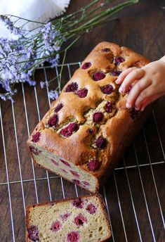 GF raspberry and peanut butter loaf Raspberry Loaf Recipes, Raspberry Muffins, Gf Recipes, Almond Recipes, Cooking Recipes, Brunch Recipes, Peanut Butter Banana Bread, Cake Servings, Afternoon Snacks