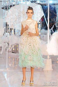 Louis Vutton merry-go-round fashion show! LV旋转木马模特秀!