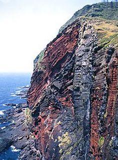 ちょっと行きづらい場所にあるけど島根県隠岐郡の隠岐知夫赤壁は 島根のダイナミックな自然を楽しめるスポットですよ ザックリとえぐられた赤茶色の岩肌は紺碧の海によく映えます 高さ50200mの断崖は時刻とともに色を変化させ夕日を受けるとよりロマンチックな風景に( tags[島根県]