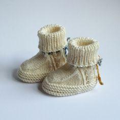 Babyschuhe handgestrickt (Werbung) Neue Schuhe für neue Erdenbürger_Innen. Mit hübschen Zopfmuster.