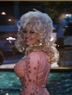 "Dolly Parton, "" if you see someone without a smile, give them yours! "" #dollyism"