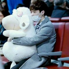 Yixing is just tooooooo cute here. #Yixing #EXOLay